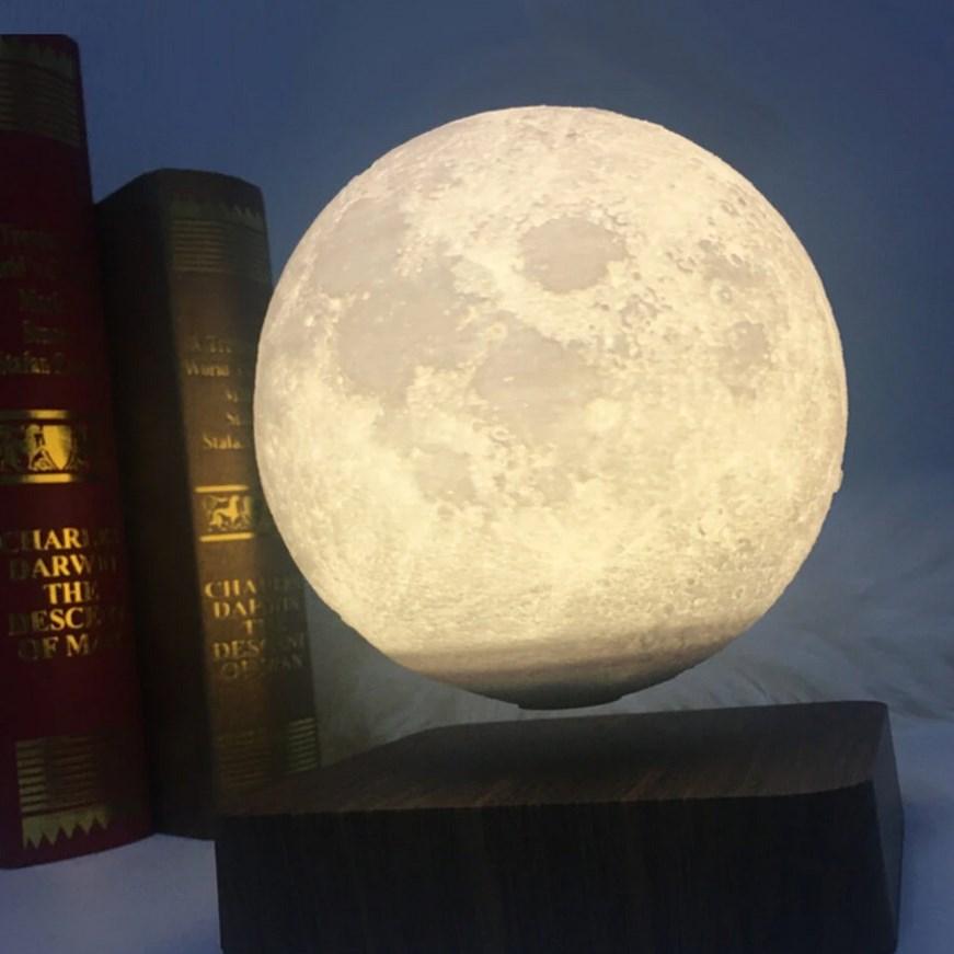Semmiben lebegő Hold, ami világít is